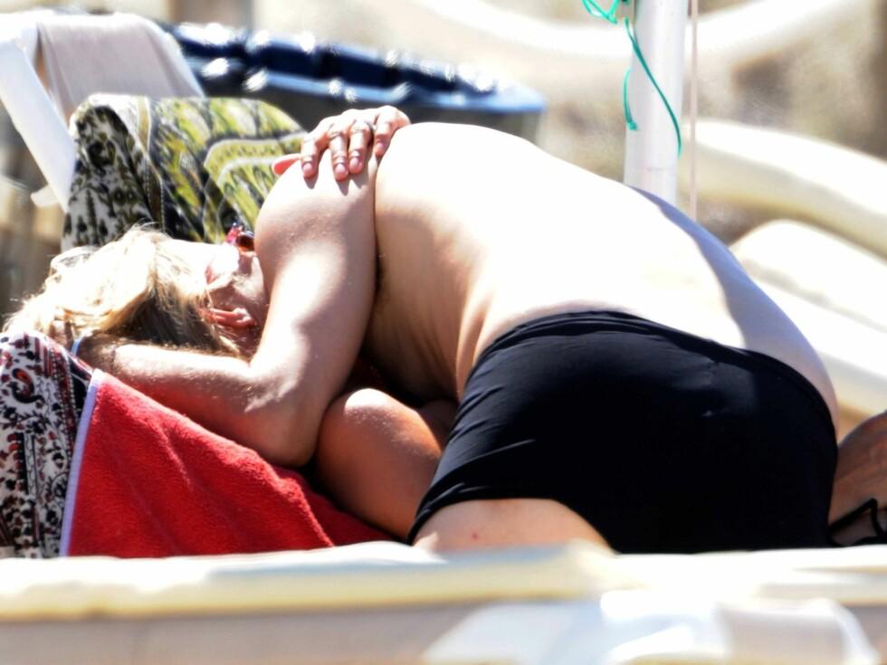 HET FLØRT: Jamie måtte flere ganger bortom sin vakre kone for å kysse og klemme på henne. Foto: Stella Pictures