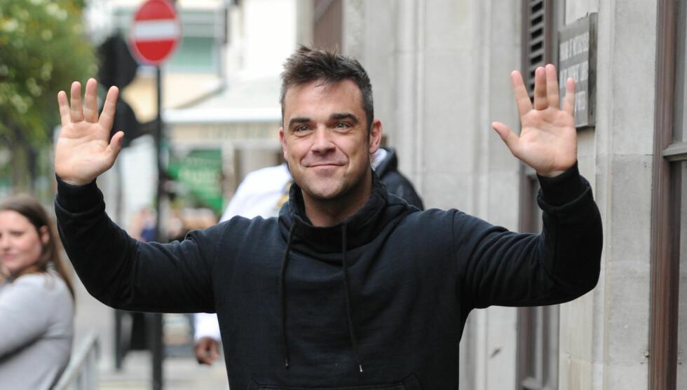 I LYKKERUS: Popstjernen Robbie Williams delte foreldrelykken på Twitter.  Foto: All Over Press