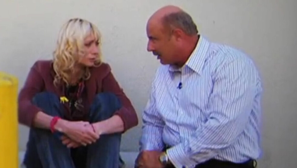 MÅTTE FORTSETTE SENDINGEN UTENDØRS: Dr. Phil ble tvunget til å improvisere og å fortsette sendingen utendørs, da Jael Strauss stakk av idet hun skulle inn på scenen i studioet hans. Foto: CBS
