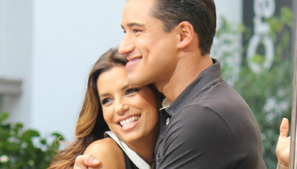 INNRØMMET ROMANSE: Da skuespiller Eva Longoria gjestet programmet til «Extra»-vert Mario Lopez (t.h) bekreftet hun at hun dater fotballstjernen Mark Sanchez. Lopez' er blant «Frustrerte fruer»-stjernens beste venner, og da han spurte om romanserykten Foto: Stella Pictures