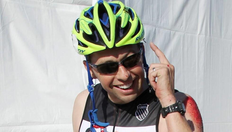 BESKYTTELSE: John Cryer fortalte skuelystne at han var glad for at han hadde på seg hjelm under det stygge fallet. Foto: All Over Press