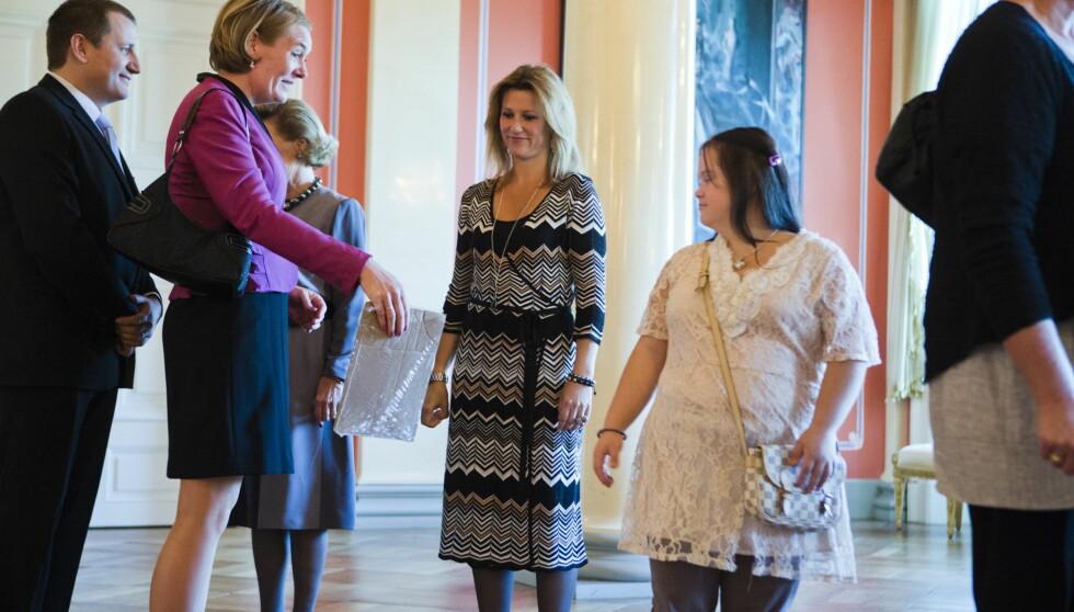 I LINDEX-KJOLE: Martha Louise så ung og fresh ut i kjole fra Lindex' Missoni kolleksjon,  da hun tok imot gjester på Slottet sammen med dronning Sonja.  Foto: NTB scanpix
