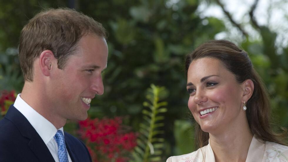 KLIPPEKAMERATER: Frisøren som er med til Asia har klippet prins William lenge. Hans manke har minket med årene, men kona sikrer travle dager for hårfønings-eksperten. Foto: All Over