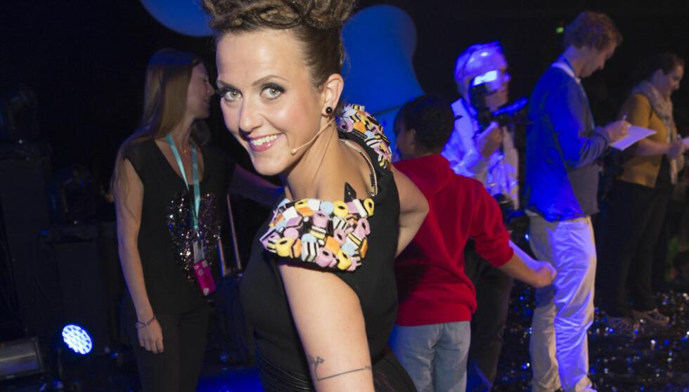 SKAPER DEBATT: Klesdesigner Fam Irvoll reagerer på at NRK brukte hennes typiske varemerke med godteri på kjolen til programleder Margrethe Røed under helgens Melodi Grand Prix jr.-sending. Foto: Espen Solli, Se og Hør