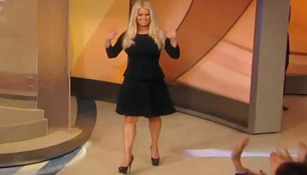 VISTE FREM SIN NYE KROPP: Jessica Simpson var et eneste stort smil da hun viste frem sin nye kropp i talkshowet til reporteren Katie Couric tirsdag. Foto: ABC