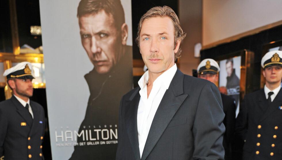 TRENER MYE: Mikael Persbrandt trener fem-seks ganger i uken. Her er den svenske skuespilleren avbildet på «Hamilton 2»-premieren i Stockholm mandag.  Foto: Stella Pictures