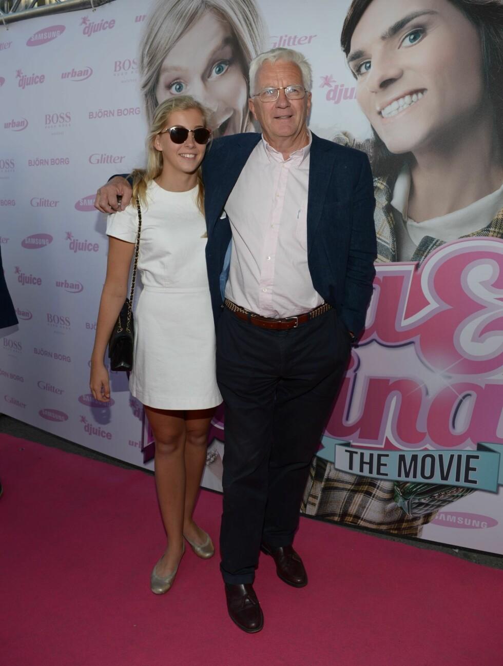 FAR OG DATTER: Trygve Hegnar, som har en liten rolle i filmen, hadde tatt med seg datteren sin på filmpremieren. Foto: Stella Pictures