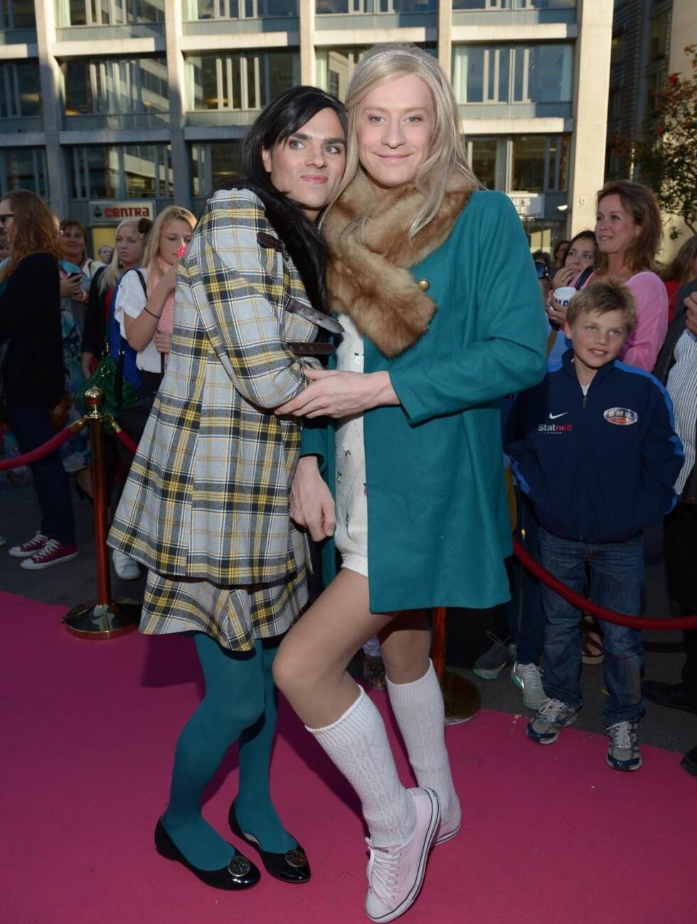 SPENTE: Tina og Bettina ble tatt imot med heder og ære av de andre fjortisene på rosa løper.  Foto: Stella Pictures