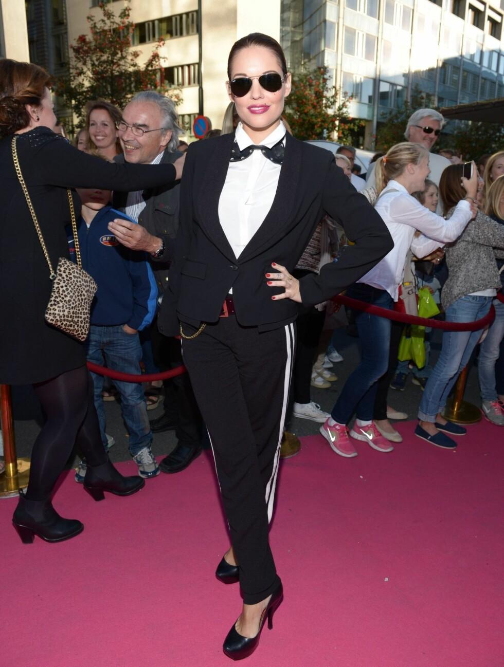 FOXY: Triana Iglesias hadde for anledningen tatt på seg dress, og stilte i et par frekke Alexander McQueen-stiletter. Men slips og sløyfe ble for klaustrofobisk for skuespilleren og programlederen, som måtte ty til en improvisert sløyfe av en kaninør Foto: Stella Pictures