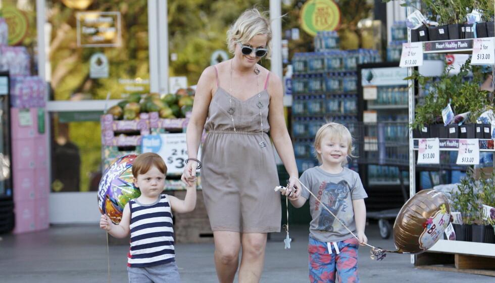 ALENE MED BARNA: Amy Poehler med sønnene Archibald William Emerson Arnett og Abel James Arnett. Foto: All Over Press