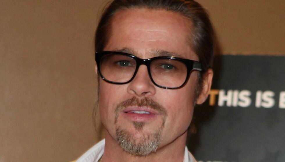 HOLDER KORTENE TETT TIL BRYSTET: Da Brad Pitt kom på sin egen filmpremiere i London ble han selvsagt spurt om bryllupsplanene. Det var ikke mye han avslørte.   Foto: All Over Press