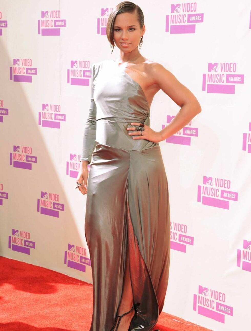 <strong>HOT I GRÅTT:</strong> Alicia Keys hadde valgt en sølvfarget kjole med bar skulder til MTV-festen. Foto: All Over Press