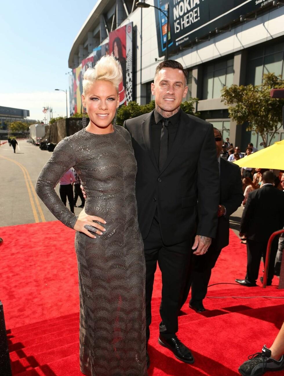 <strong>VETERAN:</strong> Popartisten Pink hadde ektemannen Corey Hart med seg, da hun ankom MTV-utdelingen. Hun hadde også valgt en grå kjole, og hadde sin typiske frisyre med vipp på håret. Foto: All Over Press