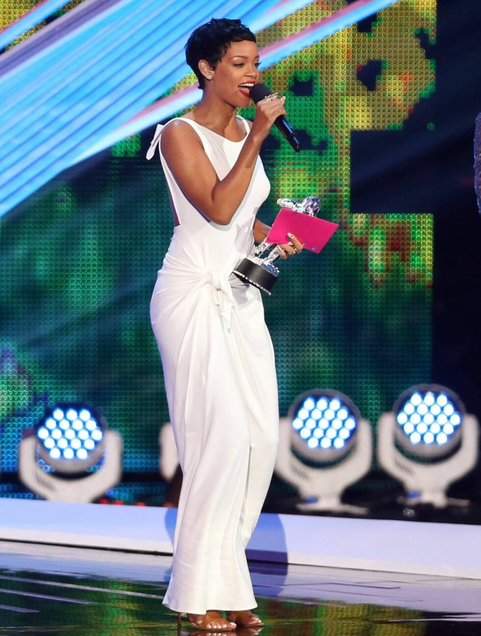 <strong>NATTENS DRONNING:</strong> Rihanna strålte i sin hvite kjole, og kunne også glede seg over prisen for årets beste video. Foto: All Over Press