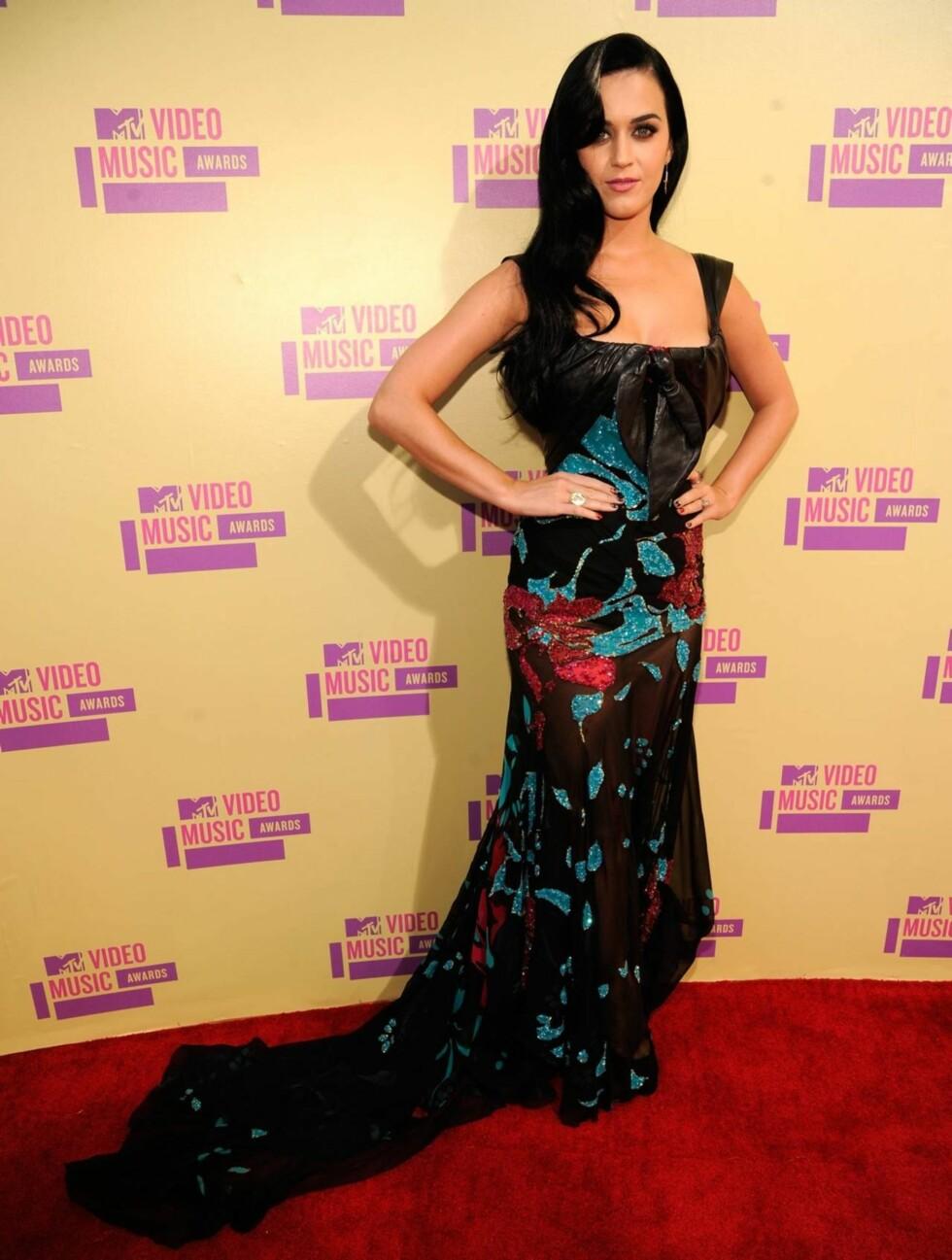 <strong>BLOMSTERKJOLE:</strong> Katy Perry hadde valgt en fargerik kjole fra designeren Elie Saab. Foto: All Over Press