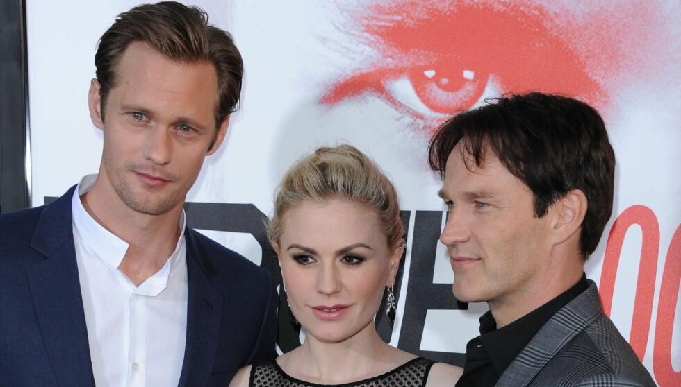 TRIO: Anna Paquin og Stephen Moyer ble kjent på settet til den amerikanske TV-serien «True Blood». Her sammen med den svenske skuespilleren Alexander Skarsgård som jobber tett med ekteparet i samme serie.  Foto: Stella Pictures