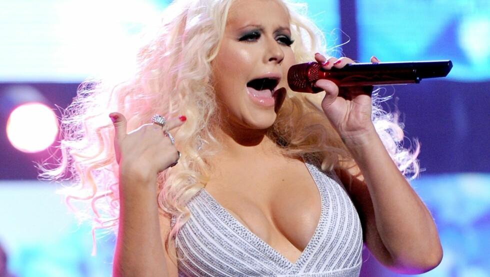 TRIVES: Aguilera trives godt i sin egen kropp, og elsker å vise fram sin egen kløft. Foto: All Over Press