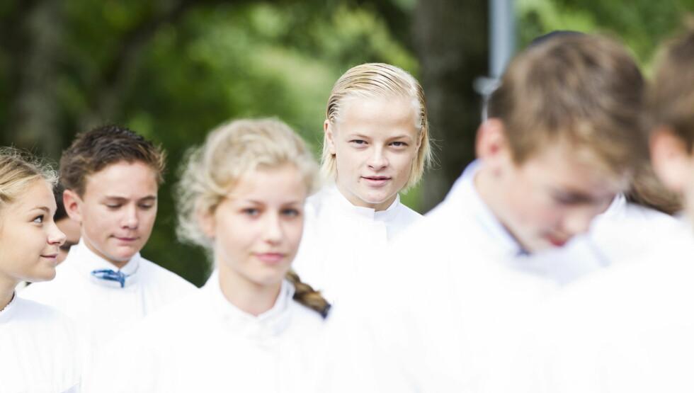 KONFIRMERES: Marius Borg Høiby, kronprinsesse Mette-Marits eldste sønn, blir konfirmert i Asker kirke søndag 2. september. Her er han på vei inn til gudstjenesten sammen med sine medkonfirmanter søndag formiddag. Både kronprinsparet og kongeparet sk Foto: NTB scanpix