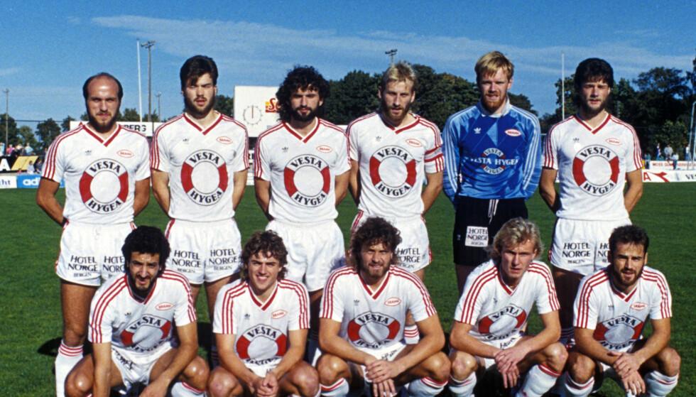ET HJERTE I BRANN: Mannes' kjæreste Arne Møller har blant annet spilt på Bergens-laget Brann. Her er et lagbilde fra 1988, hvor Møller står som nummer tre fra høyre på øverste rekke. Foto: NTB scanpix