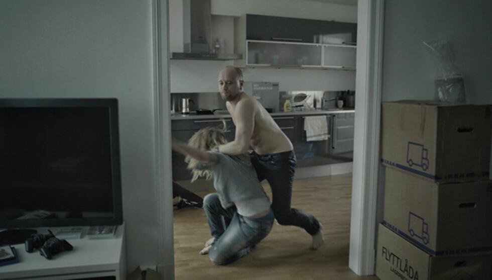 VOLD: Aksel Hennie har tidligere uttalt at han måtte brekke seg etter å ha spilt den voldelige kjæresten til skuespiller Kaia Varjord i filmen «90 minutter». Selv sier Varjord at hun isolerte seg og gråt mye under filminnspillingen. Foto: Filmweb