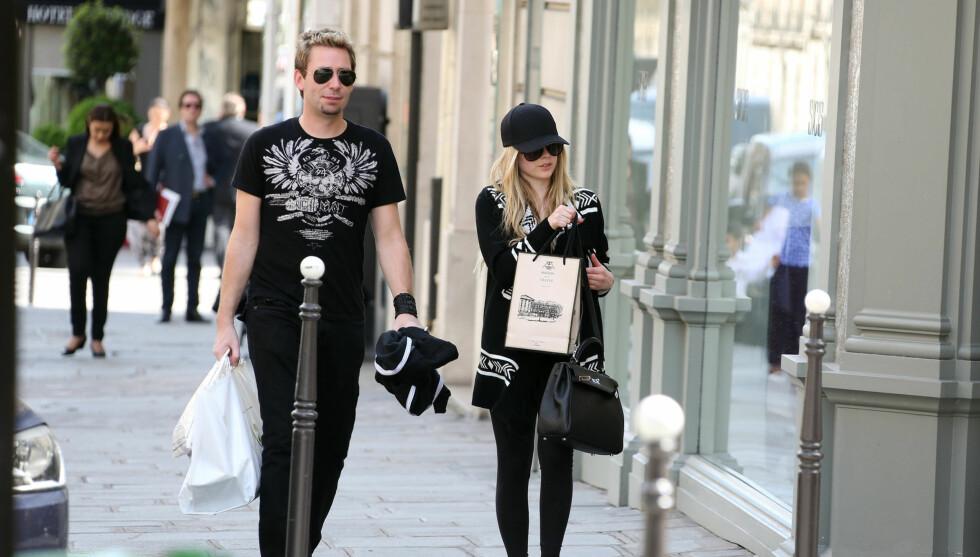 VIRVELVIND-ROMANSE: Nickelback-stjernen Chad Kroeger rødmet da han fortalte foreldrene at han var forlovet med sanger Avril Lavigne (t.h). For verken moren eller faren hans hadde noensinne møtt «Complicated»-sangeren. Her er tutelduene avbildet i Pari Foto: Fame Flynet