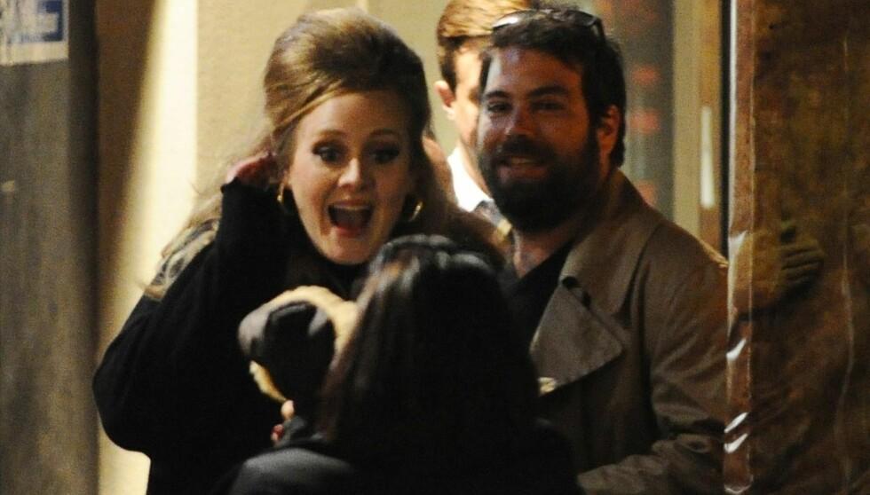 BARN OG KONE SAMTIDIG: Adele skal angivelig ha ønsket å være gift før hun ble mor. Her er hun med kjæresten Simon Konecki. Foto: FameFlynet Norway