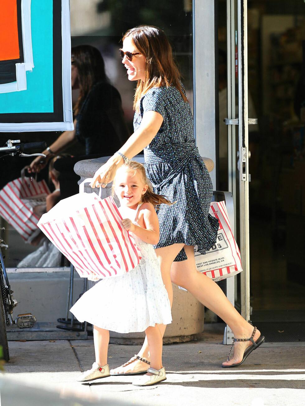 SJARMTROLL: Seraphina smilte bredt da hun fikk hjelpe mamma med handleposene. Foto: Stella Pictures