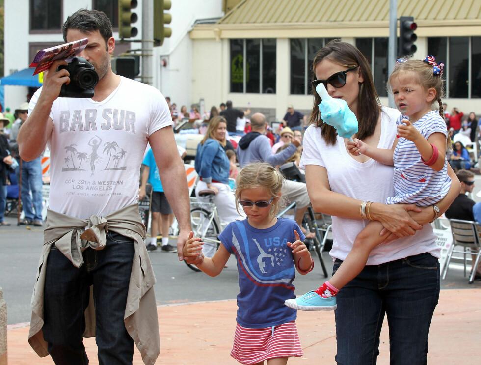 TRAVEL FAMILIE: Ben Affleck og Jennifer Garner med døtrene Violet og Seraphina. I tillegg har de sønnen Samuel sammen. Foto: Fame Flynet