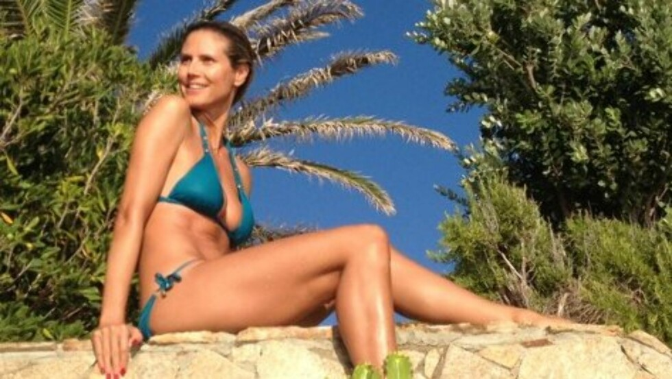 LETTKLEDD FERIE: Heidi Klum har fylt 39 år, men viste at hun fortsatt har en kropp som setter sine yngre modellkolleger i skyggen, under badeferien på Sardinia. Foto: twitter