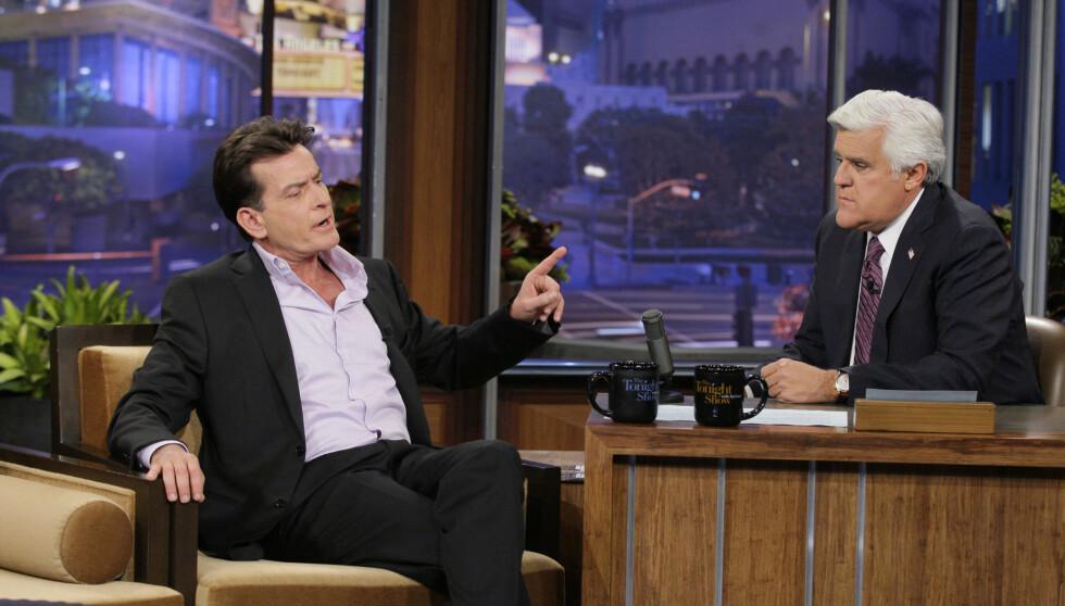 PROGRAMLEDER I 20 ÅR: Jay Leno overtok kveldsprogrammet «The Tonight Show» etter Johnny Carson i 1992. Der har han intervjuet kjendiser i 20 år. Her med Charlie Sheen som gjest.  Foto: All Over Press