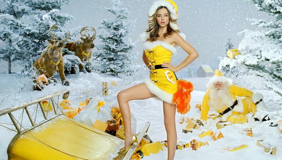 SEXY: Supermodellen viser seg fram i en gul julenissekostyme, og australske medier skryter av stjernen. Foto: FameFlynet
