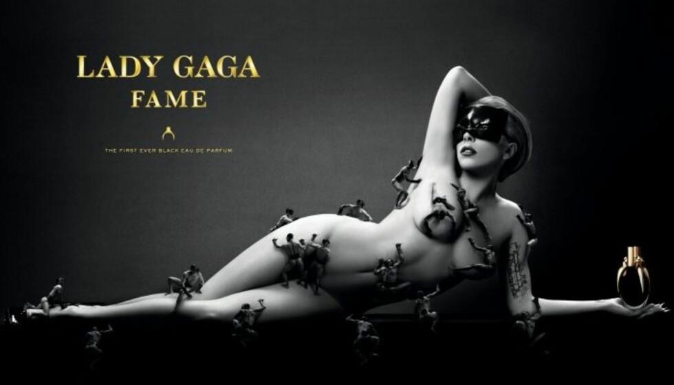 VISER GJERNE FRAM KROPPEN: Lady Gaga her flere ganger vist fram sin nakne kropp. I juli dekket hun seg i miniatyrmenn for sin nye parfyme.  Foto: Faksimile Fame-reklamen