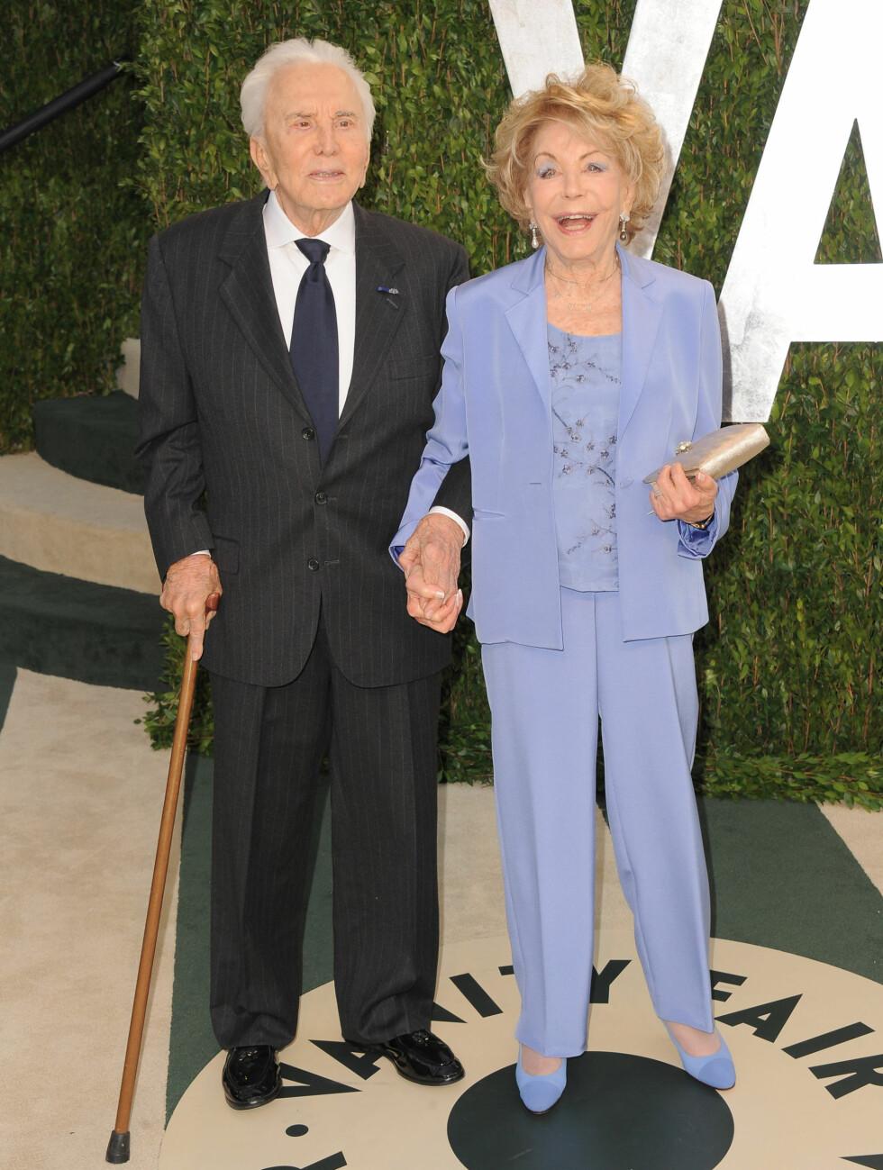 56 ÅR: Kirk Douglas (95) er blant annet kjent fra filmer som «Spartacus», men hadde sin første rolle i filmen «The Strange Love of Martha Ivers» fra 1946. Han har fått tre barn med Anne Buyden (82) og er blant annet faren til Michael Douglas.  Foto: All Over Press