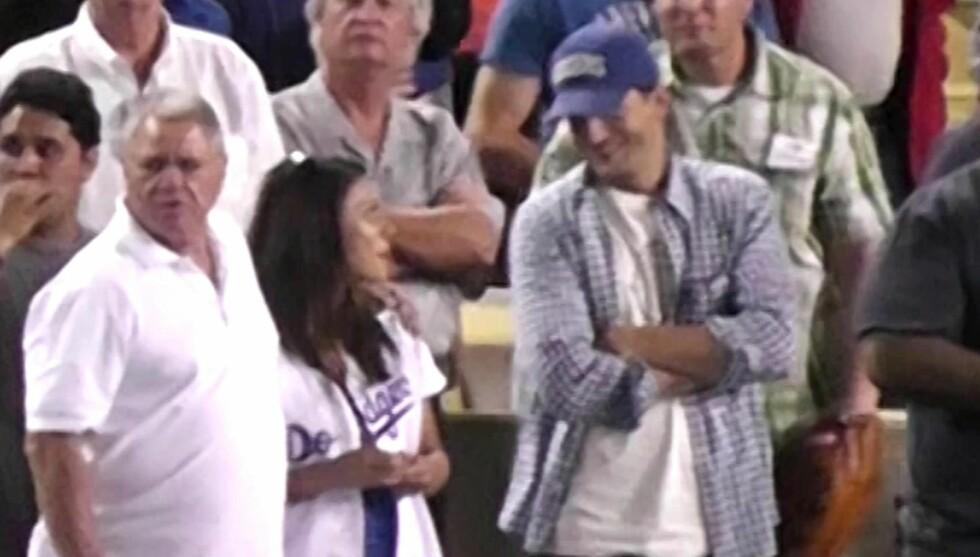 PÅ FØRSTE RAD: Ashton Kutcher og Mila Kunis skjuler seg ikke lenger, her er de på Dodgers kamp. Foto: All Over Press