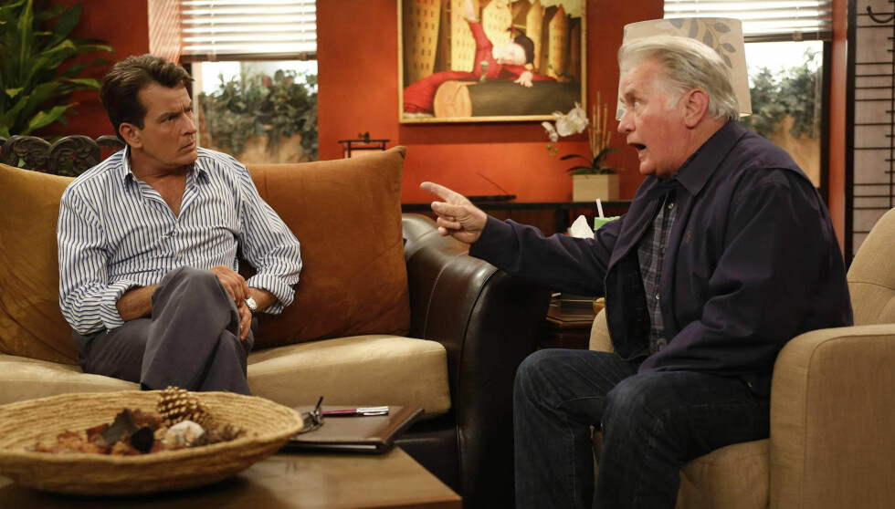 FAREN DUKKER OPP: I den niende episoden av «Anger Management» dukker Charlies far, Martin, opp i serien. Her er bildet fra episoden. Foto: Fame Flynet