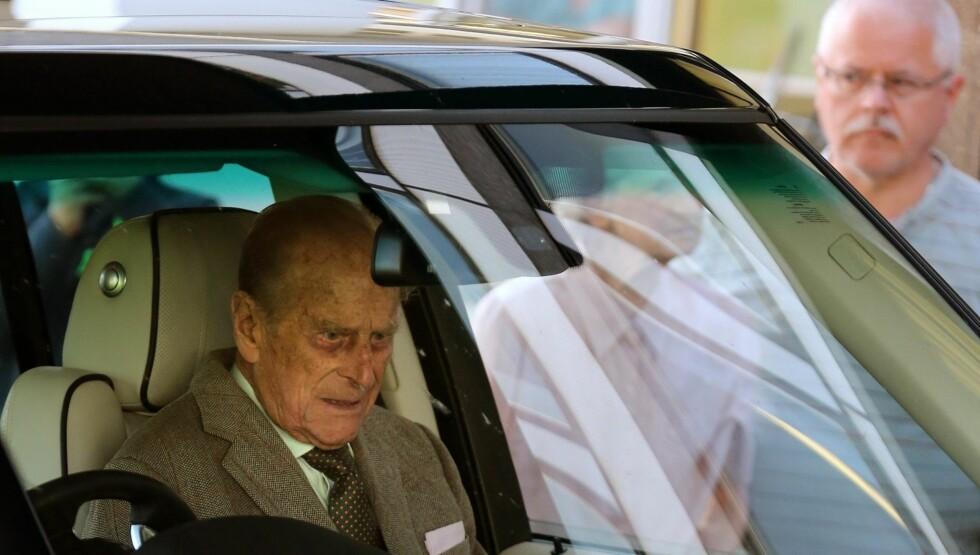 UTE AV SYKEHUSET: Prins Philip er igjen ute av sykehus, men nå tror mange han må trappe ned.  Foto: NTB SCANPIX