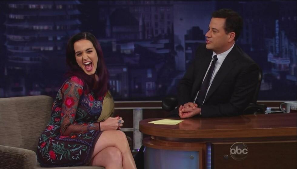 SNART TI ÅR SOM VERT: Jimmy startet senkveldshowet sitt «Jimmy Kimmel Live» i 2003. Her intervjuer han Katy Perry.  Foto: Fame Flynet
