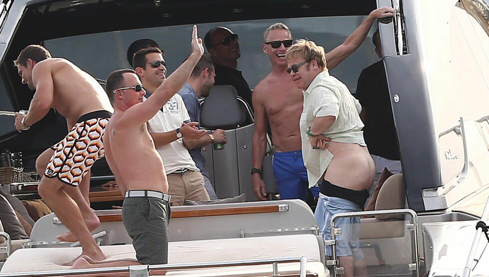 GOD STEMNING: Smilene satt løst på yachten Elton John befant seg på. Foto: FameFlynet