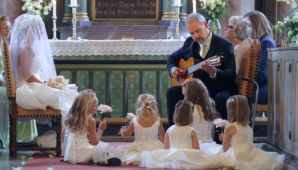 KJÆRLIG MUSIKK:I kirken spilte Stian Elton Johns «Can you feel the love» for sin vakre brud. Foto: Tore Skaar/Se og Hør