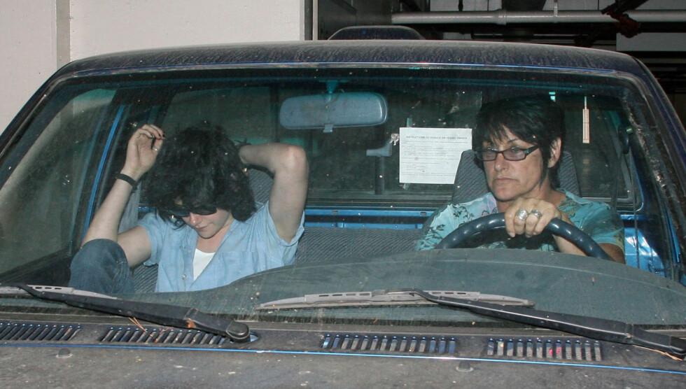 TOSOM ENSOMHET: Moren til Kristen Stewart (t.h) har nå søkt om skilsmisse fra datterens far, John Stewart. Nyheten kommer en knapp måned etter at det ble kjent at Kristen (t.v) hadde vært utro mot kjæresten og «Twilight»-motspilleren Robert Pattins Foto: Stella Pictures