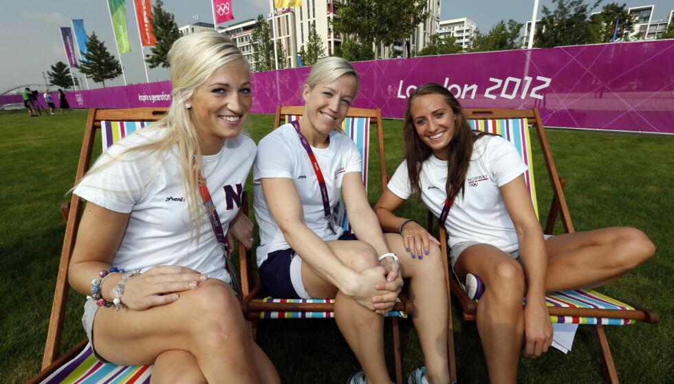 TRUSERUTINE: Linn Jørum Sulland, til venstre, og Camilla Herrem, til høyre, har ikke byttet truse siden seieren mot Sverige i gruppespillet. Seks kamper seinere er de samme trusene klare for OL-finale. Hvilket valg Heidi Løke i midten tar, er ikke kjen Foto: NTB scanpix