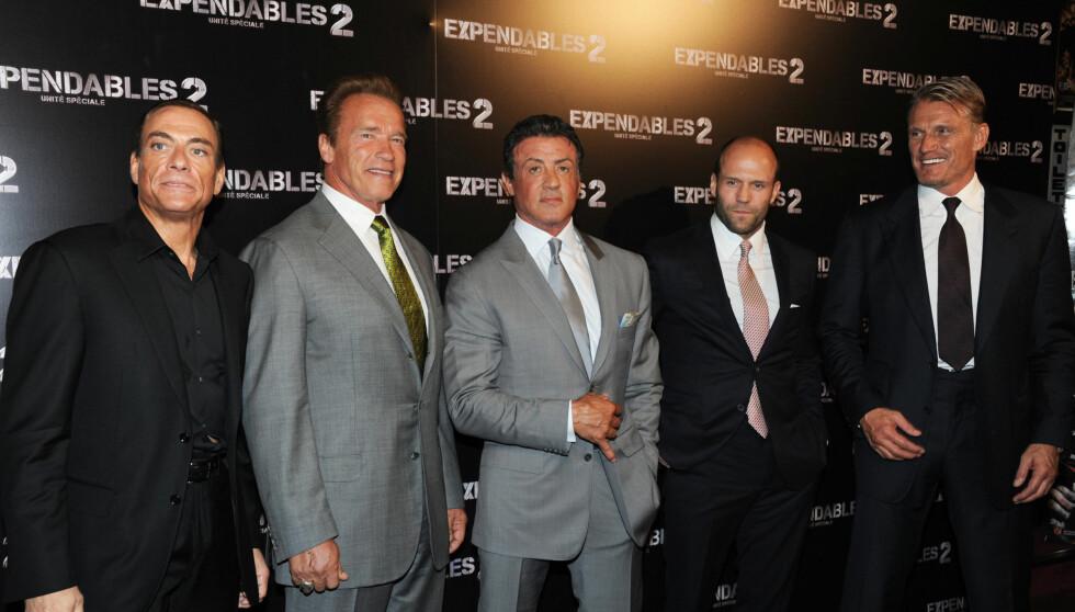 STØTTET AV KJENDISKOLLEGENE: Stallone var tydelig preget på premieren av «The Expandables 2» i Frankrike. Men fikk støtte av kollegene Jean Claude Van Damme, Arnold Schwarzenegger, Jason Statham og Dolph Lundgren. Foto: Fame Flynet