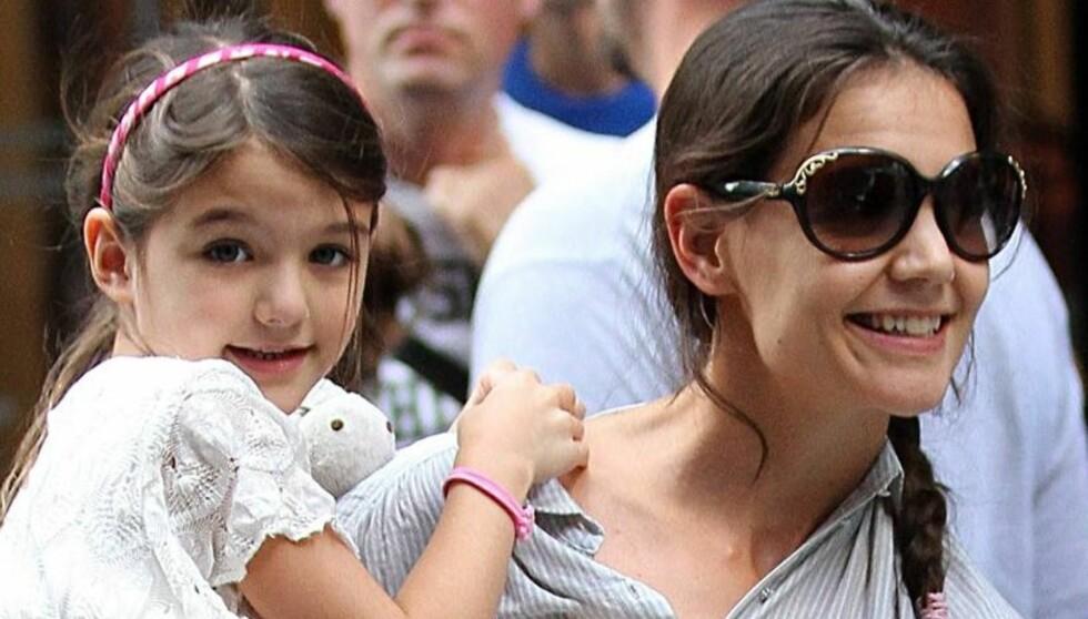 SMILER IGJEN: Katie Holmes skal ikke ha angret et sekund på at hun tok med seg datteren Suri og forlot ektemannen Tom Cruise for godt, ifølge en familievenn. Foto: All Over Press
