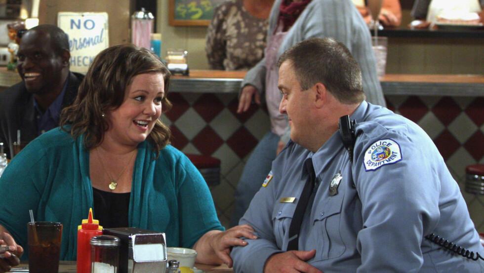 BARE VENNER FORAN KAMERA?: En kilde nær produksjonen til TV-serien «Mike og Molly» hevder hovedrolleinnehaverne Melissa McCarthy og Billy Gardell ikke tåler ansiktet til hverandre. Foto: TV3