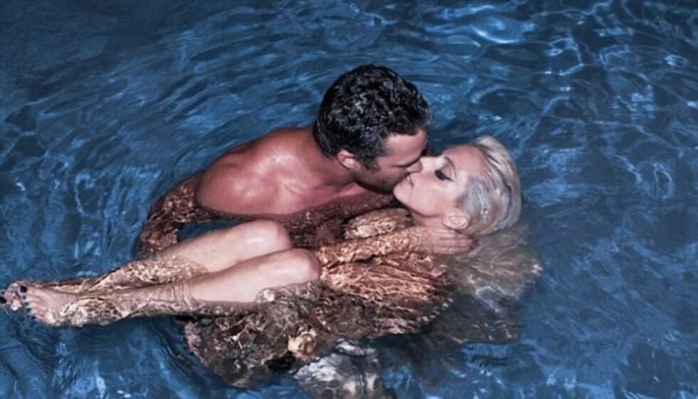 NAKENBAD: Lady Gaga overrasket fansen med å legge ut et bilde av seg selv som bader tilsynelatende naken med kjæresten Taylor Kinney på sin hjemmeside. Foto: littlemonsters.com