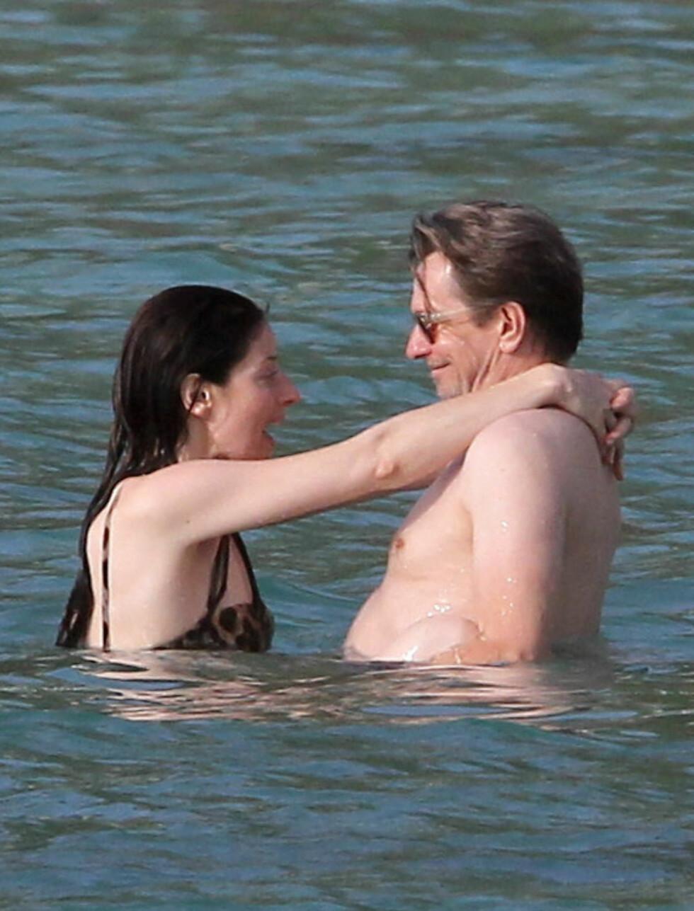 SLAPPET AV: «The Dark Knight Rises»-stjernen Gary Oldman hadde en rolig helg med kona Alexandra på øya St. Barths i Karibia, langt unna tragedien i Colorado.  Foto: STELLA PICTURES