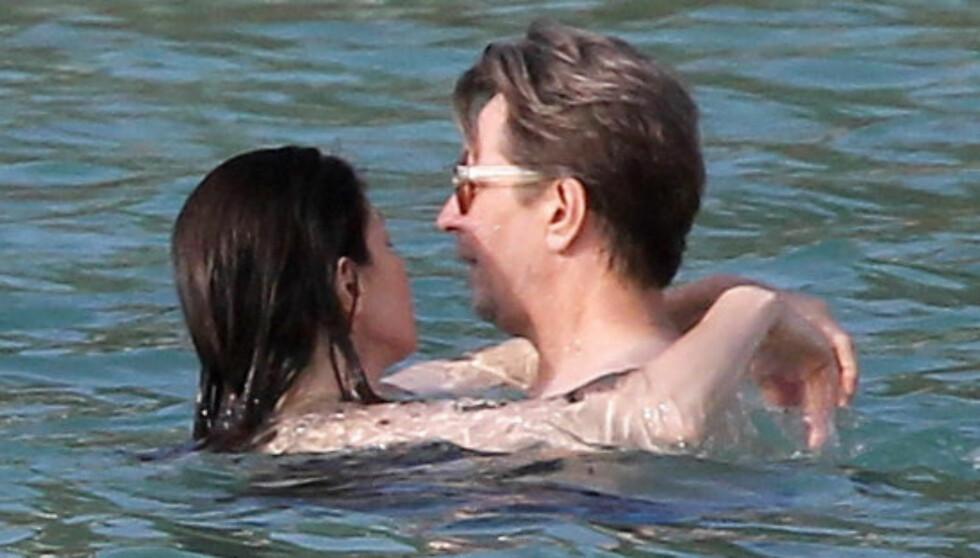 KOSTE SEG: Skuespiller Gary Oldman, kjent fra skurkeroller i blant annet «Det femte element» og «Harry Potter»-filmene, virket snill som et lam da han pleiet kjærligheten med kona Alexandra i Karibia lørdag.  Foto: Stella Pictures
