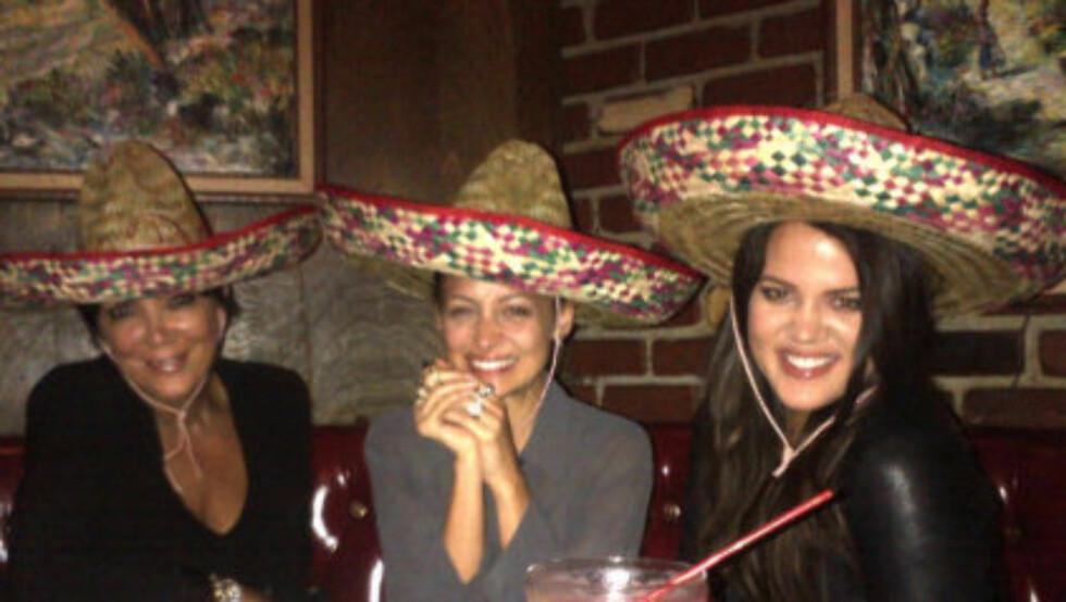 MEKSIKANSK AFTEN: Kris Jenner, Nicole Richie og Khloe Kardashian storkoste seg med god mat og drikke på den meksikanske restauranten Casa Vega i Californa fredag. Dette bildet la Nicole Richie ut på sin Twitter-side. Foto: Twitter.