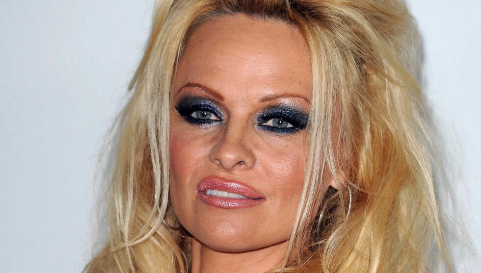 FÅR REFS: Pamela Anderson kritiseres for den over-sminkede stilen på Disney ABC-festen fredag kveld i Beverly Hills.  Foto: FAMEFLYNET NORWAY