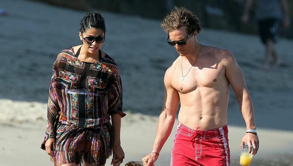 SLANK: Matthew McConaughey har alltid vært muskuløs og veltrent, men er nå i ferd med å slanke vekk 14 kilo. Her med konen Camila Alves.  Foto: All Over Press